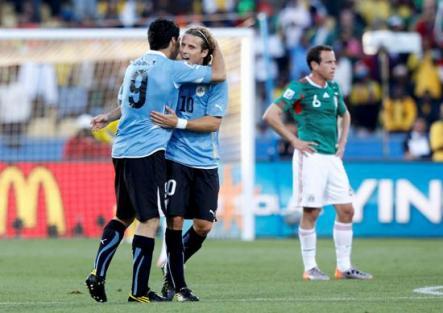 Uruguay clasifica a octavos como primero al vencer a México