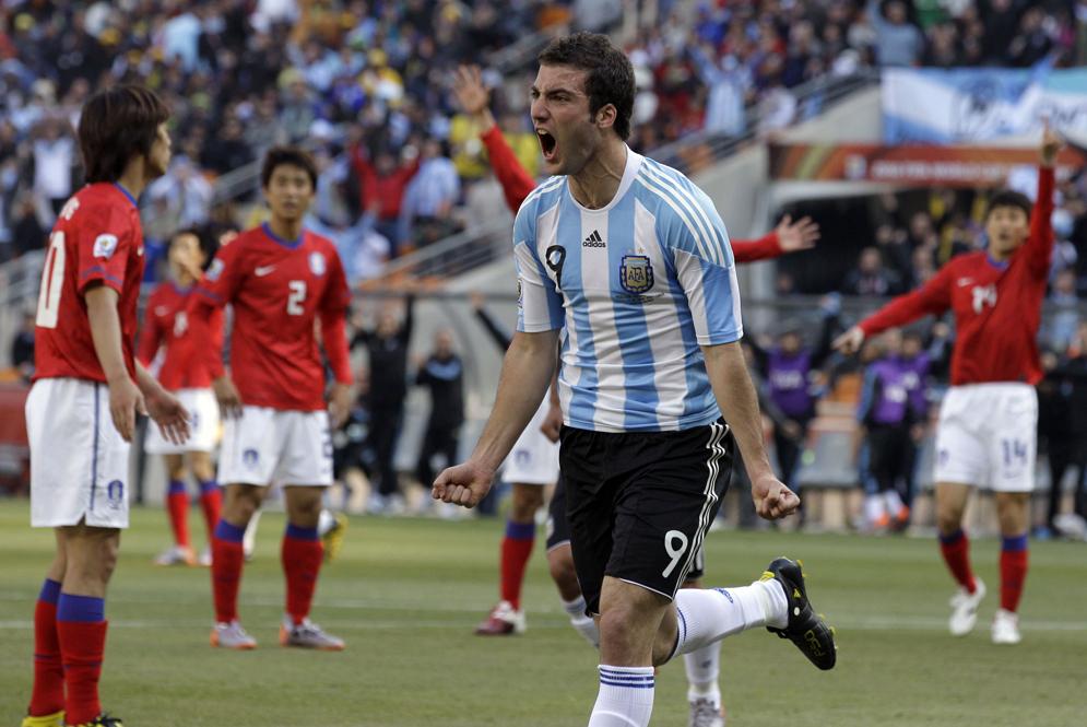 Tripleta de Gonzalo Higuaín instala a Argentina en octavos de final