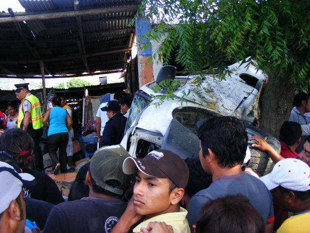 Dos muertos y ocho heridos en accidente de tránsito