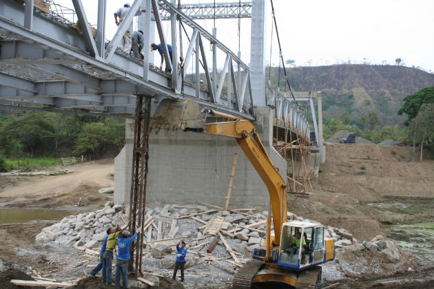 Continúan trabajos de reparación del puente en Paján