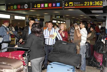 Ecuatorianos afectados por Air Comet regresan a Quito