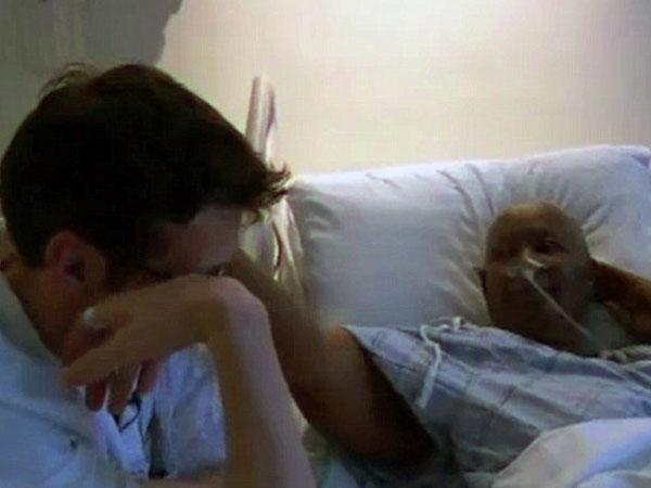 Madre con cáncer terminal consuela a su joven médico