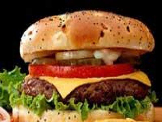 Mujer encuentra cucaracha dentro de su hamburguesa