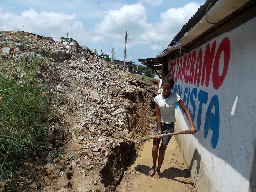 La tierra se abre y amenaza con sepultar varias casas
