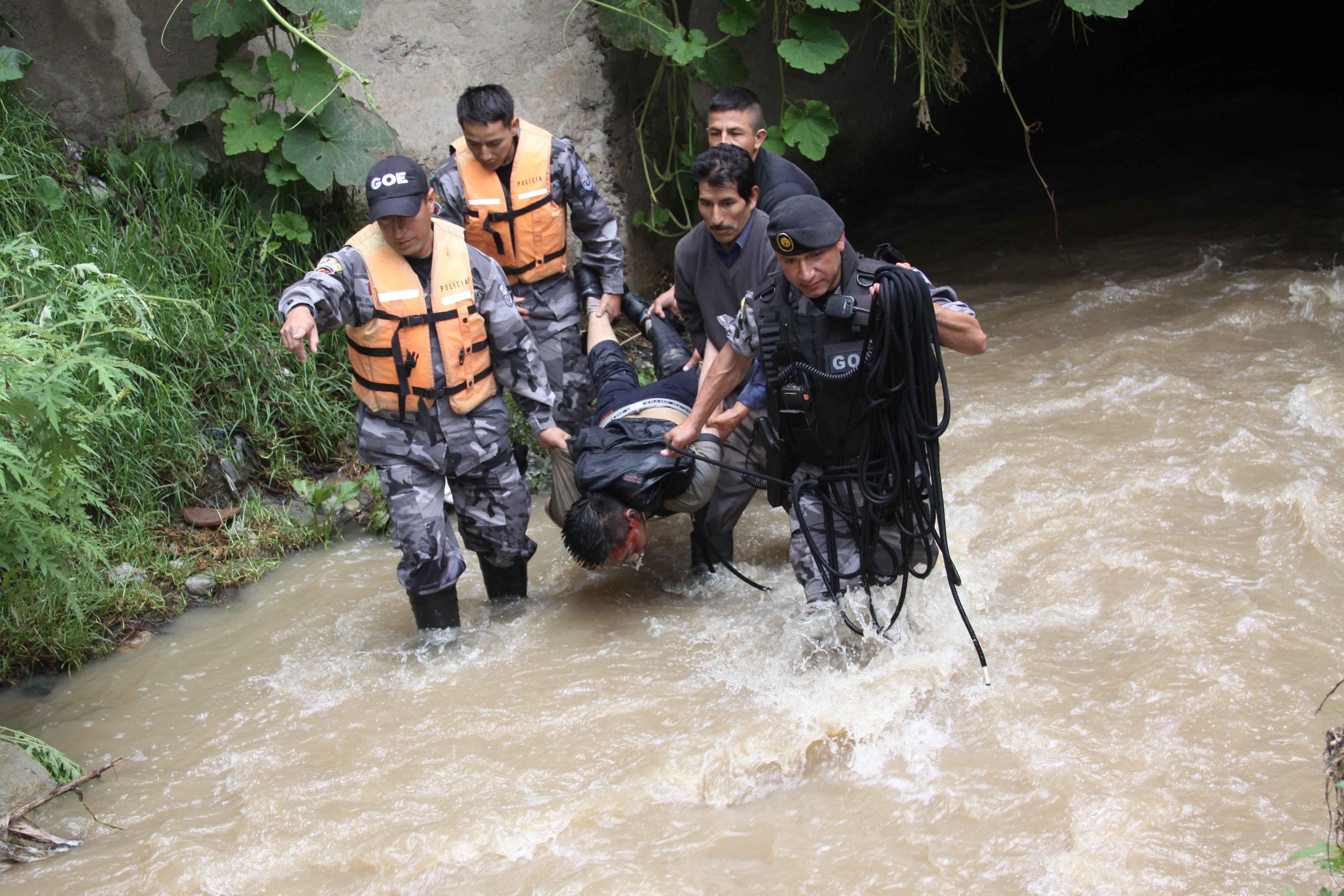 Tres muertos deja la crecida de ríos en Azuay