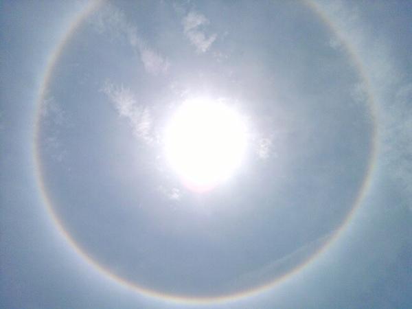 Halo de luz alrededor del sol es un efecto óptico