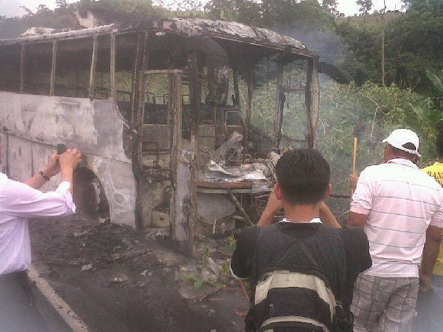 Son 5 los fallecidos en choque de bus y camioneta