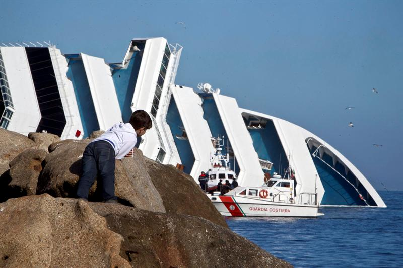 Localizan otro cadáver entre los restos del crucero naufragado Costa Concordia