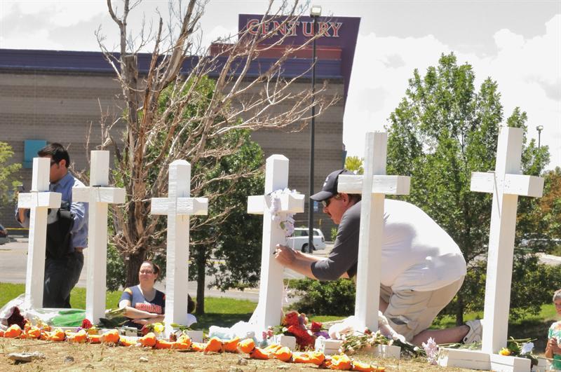 Rinden tributo a víctimas de masacre en Colorado