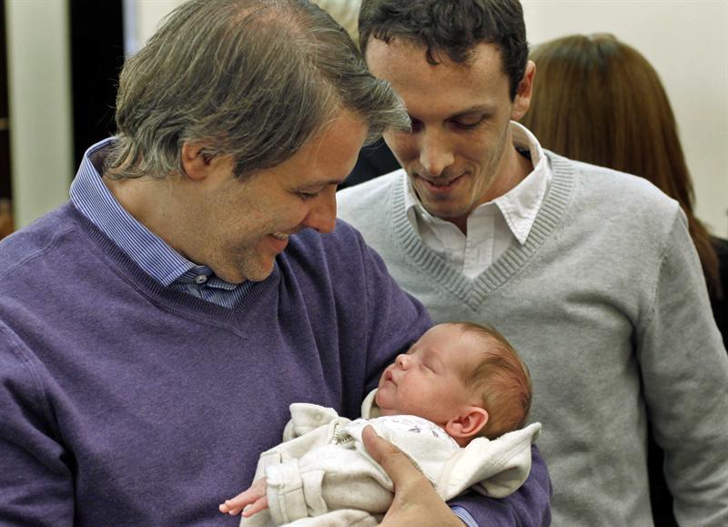 Pareja gay inscribe a su hijo sin necesidad de adopción