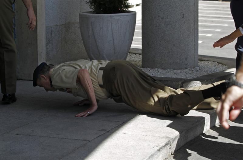 Rey Juan Carlos sufre caída frente a la prensa