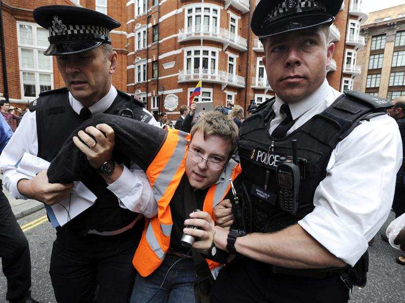 Londres extraditará a Assange pese a la decisión ecuatoriana