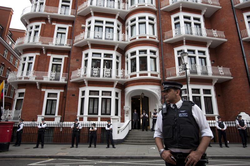 La embajada ecuatoriana continua con vigilancia policial