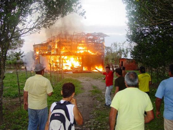 Casa se quemó con todos los enseres, una lora se salvó