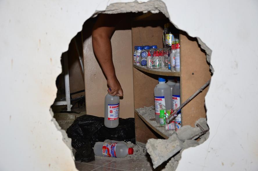 Delincuentes rompe una pared para robar una farmacia