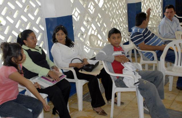 Padres buscan un cupo para el año lectivo 2010
