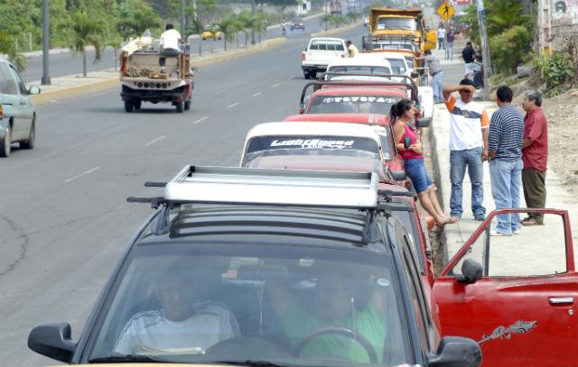 Personas hicieron largas colas para matricular sus vehículos