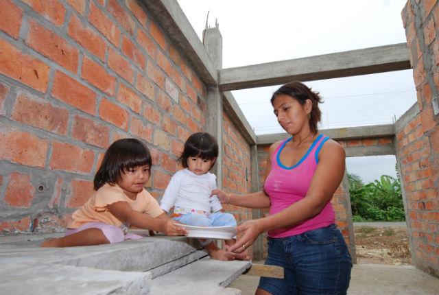 Familias exigen al Miduvi que concluya sus casas