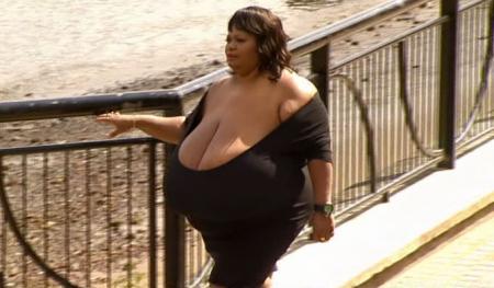 Mujer de 52 años bate récord con sus senos naturales