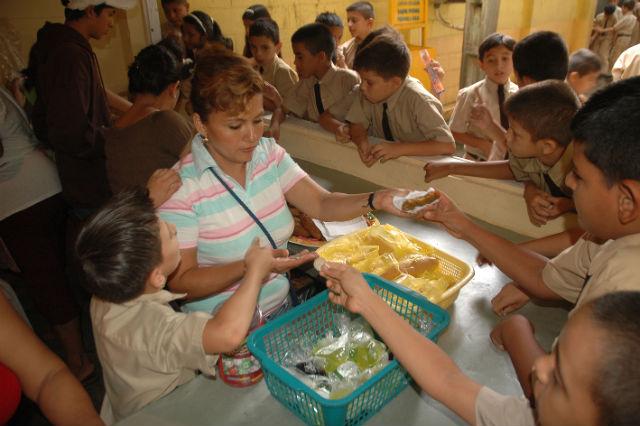 Bares escolares están obligados a  eliminar comida chatarra de menú