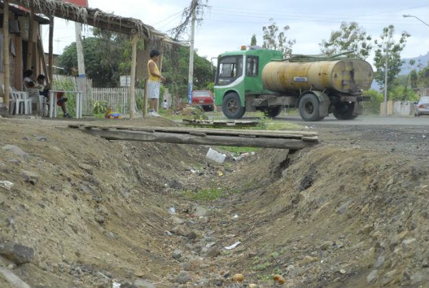 Aún no llega agua por tubería y los problemas aumentan
