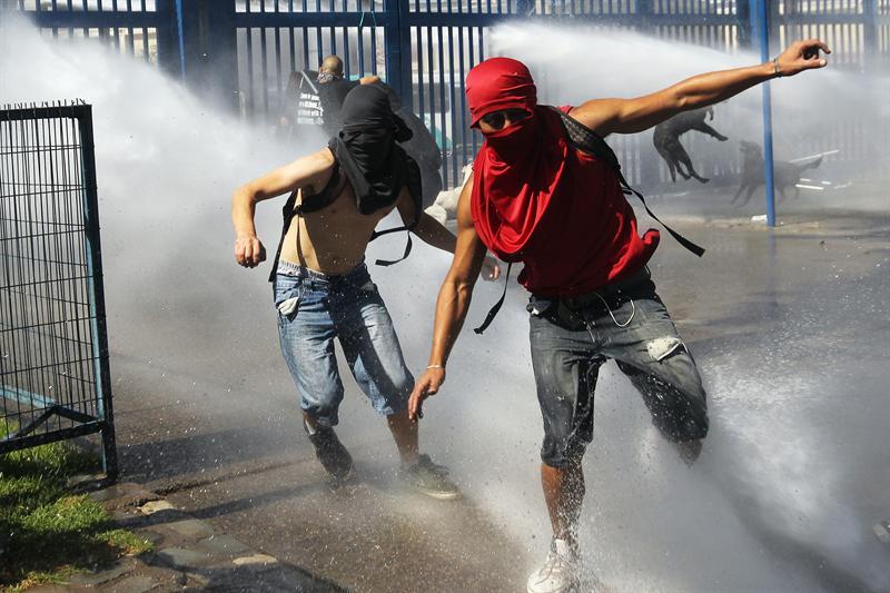 Violentos enfrentamientos en marcha de estudiantes chilenos
