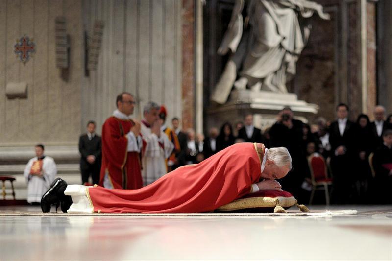 El papa asegura que la Cruz es la respuesta al mal