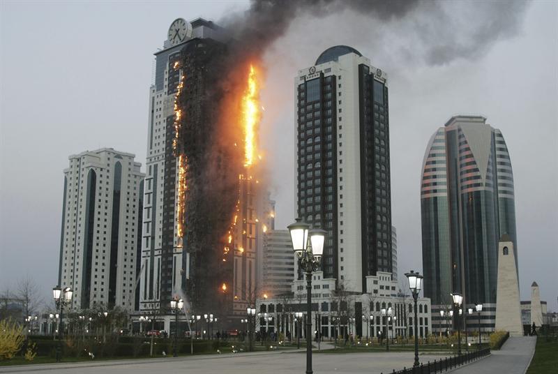 Se incendia rascacielos de 40 plantas en Rusia