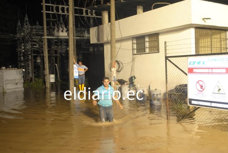 Chone y Flavio Alfaro pasan 12 horas sin luz, por las inundaciones