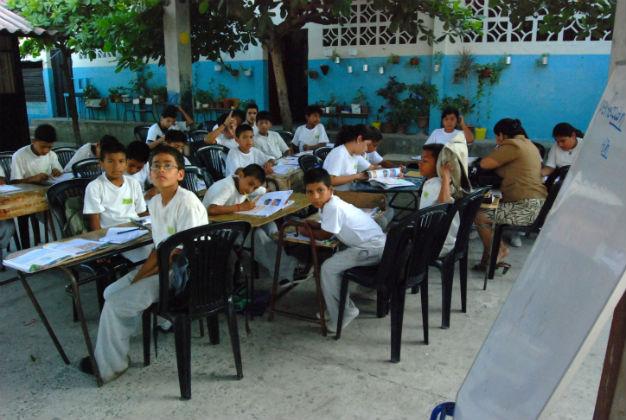 Escolares reciben  clases en el patios de las escuelas