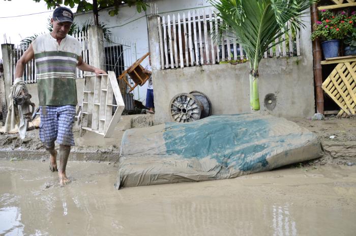Inundación afecta a barrios de Manta