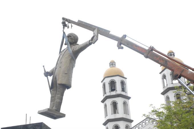 Ya retiraron la estatua de Eloy Alfaro