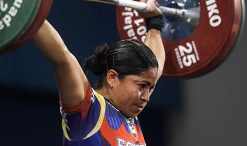 Alexandra Escobar es ganadora del grupo B en levantamiento de pesas