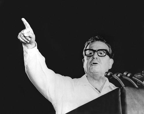 Ordenan entregar restos de Allende a su familia