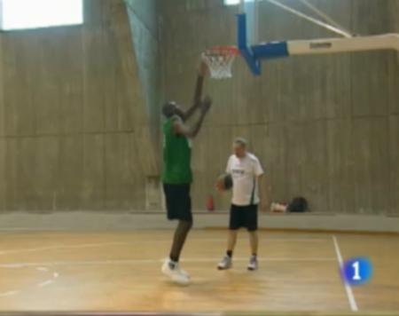 Tiene 16 años, calza 55, mide 2,27 metros y juega al básquet
