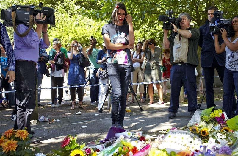 Fans colocan girasoles en casa de Amy Winehouse