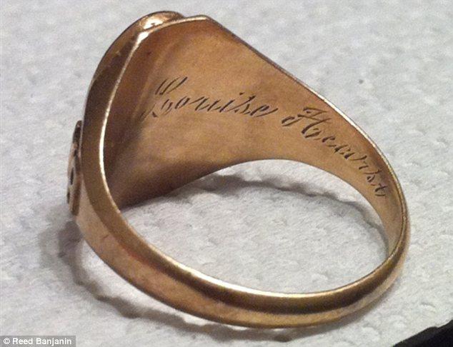Encuentra y devuelve anillo perdido hace unos 80 años