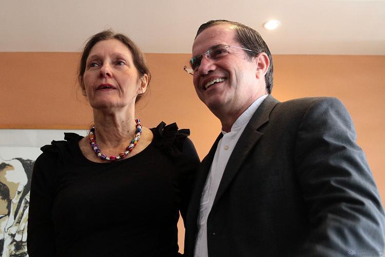 La madre de Julian Assange se reúne con Patiño