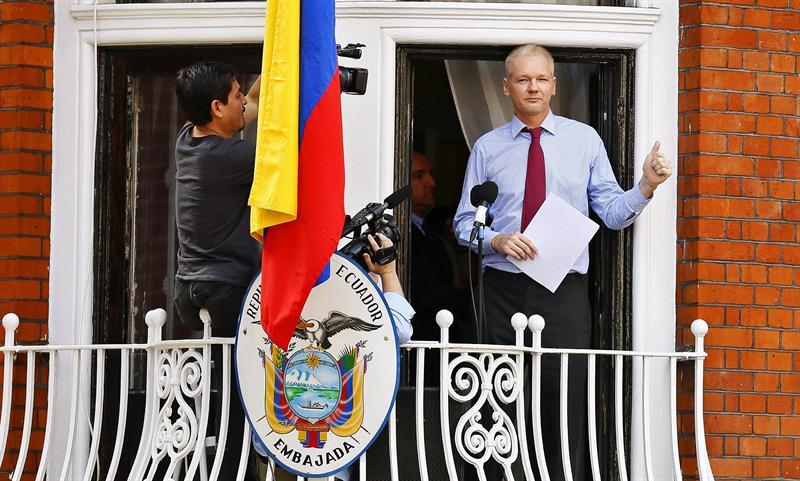 Assange dice que la policía británica intentó ingresar a la embajada ecuatoriana