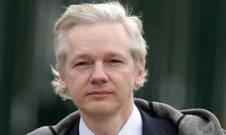 Patiño se reunirá con la madre de Julian Assange