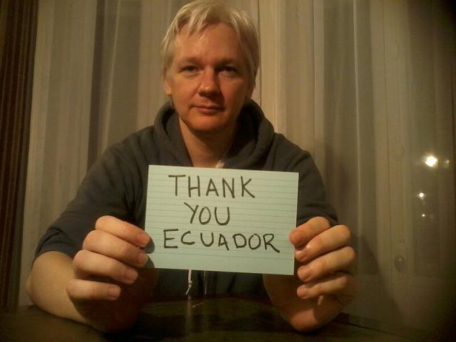 Julian Assange saluda a Ecuador y al mundo