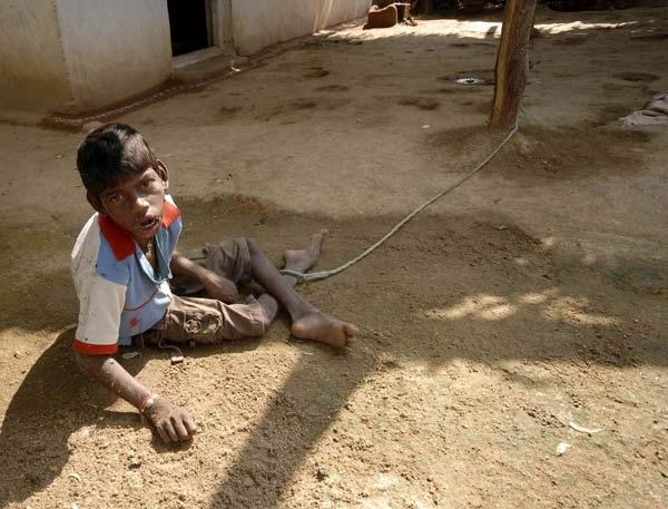 Un joven indio vive atado a un árbol