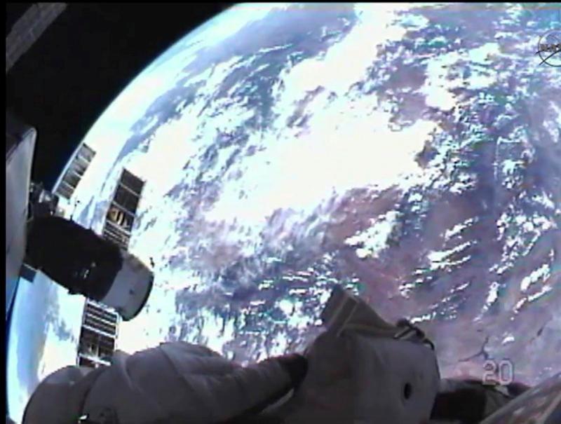 Astronautas concluyen la única caminata espacial del último transbordador