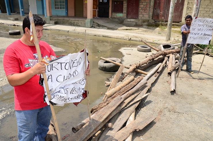 Cierran la avenida Guayaquil por rebose de alcantarillado sanitario