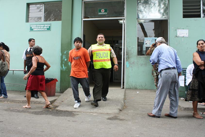 Dos jóvenes se enfrentan a bala con la Policía