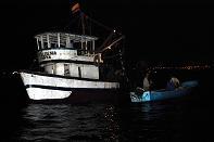 Barcos pescan en área prohibida