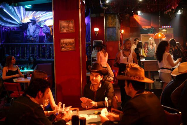Dueños de bares y discotecas marchan contra medidas restrictivas