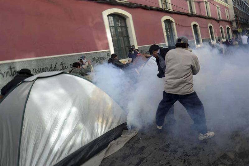 Policía reprime a activistas y a indígenas que defienden reserva