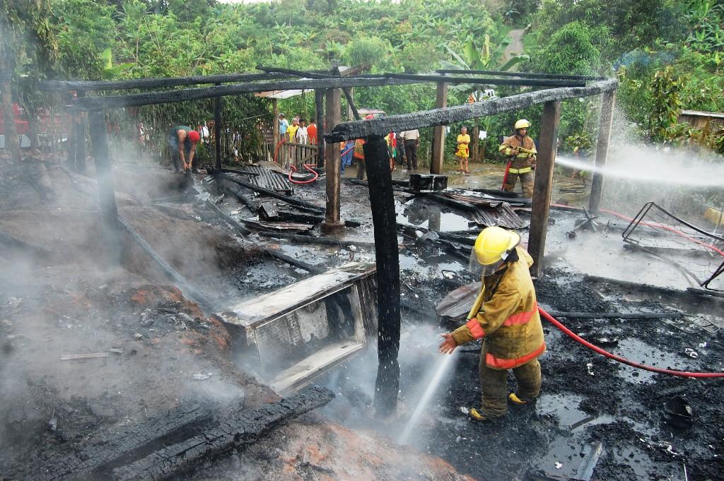 Incendio dejó en la calle a una humilde familia