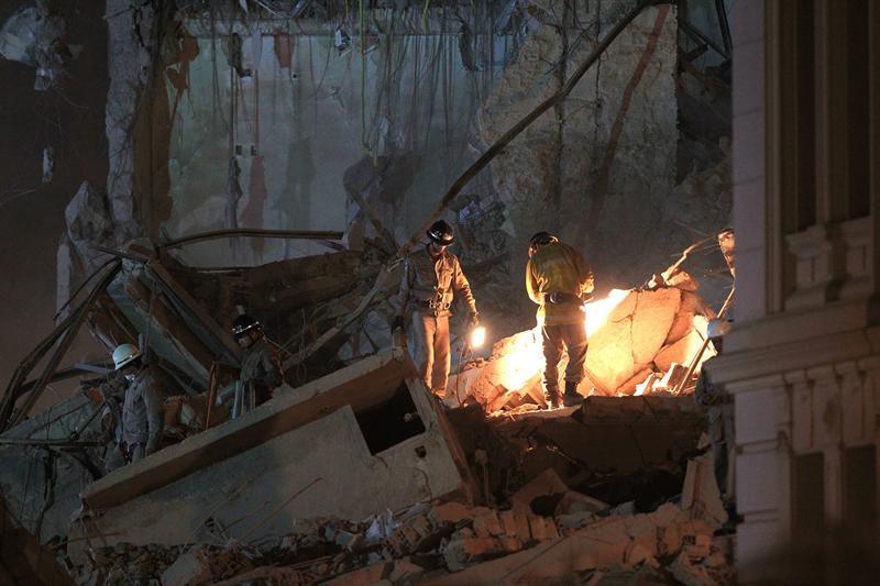 Encuentran 3 cadáveres entre escombros tras derrumbe de edificios en Río